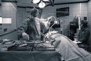פריצת דיסק לכלב - חדר ניתוח